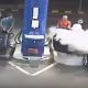ガソリンスタンドの店員、タバコを吸う若者に何のためらいもなく消火活動!