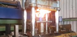 【実験】火のついたガスバーナーを油圧プレスで潰した結果、大変なことに……!!