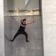 垂直の壁を「壁キック」で登っていくパルクーラーたちの神業!!