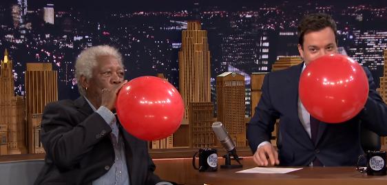 【全米が爆笑】有名俳優モーガン・フリーマンがヘリウムガスを吸った結果!?