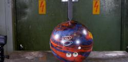 【実験】油圧プレスに刃を取り付けてボーリングの球を斬ってみた!?