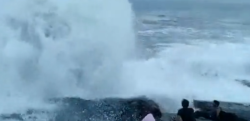 衝撃映像の瞬間! 3人が高波に飲み込まれ1人が行方不明に……