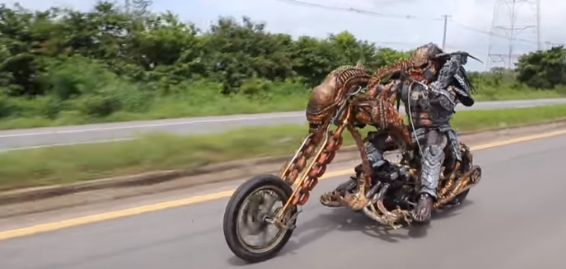 カッコ良すぎる! エイリアンバイクに乗るプレデターが激撮される!