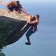 【インスタ映え】800mの断崖からぶら下がったものの、戻れなくなった男