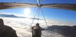 雲海を滑るように飛ぶハンググライダーの映像が信じられないほど美しい……