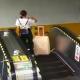【惨事】エスカレーターでスーツケースから手を離してはいけない理由……