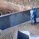 目の前の低い壁の向こうに手榴弾を投げられず、死にかけた兵士とその上官