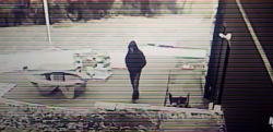 【監視カメラ】タイムトラベラー? 透明人間? 男が突然消える決定的瞬間!!