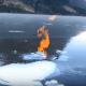 【氷を燃やす!?】カチコチに凍った湖の上で簡単に暖をとる方法!