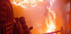 【衝撃映像】燃え盛る炎に飛び込んでいく消防士から見た光景……!